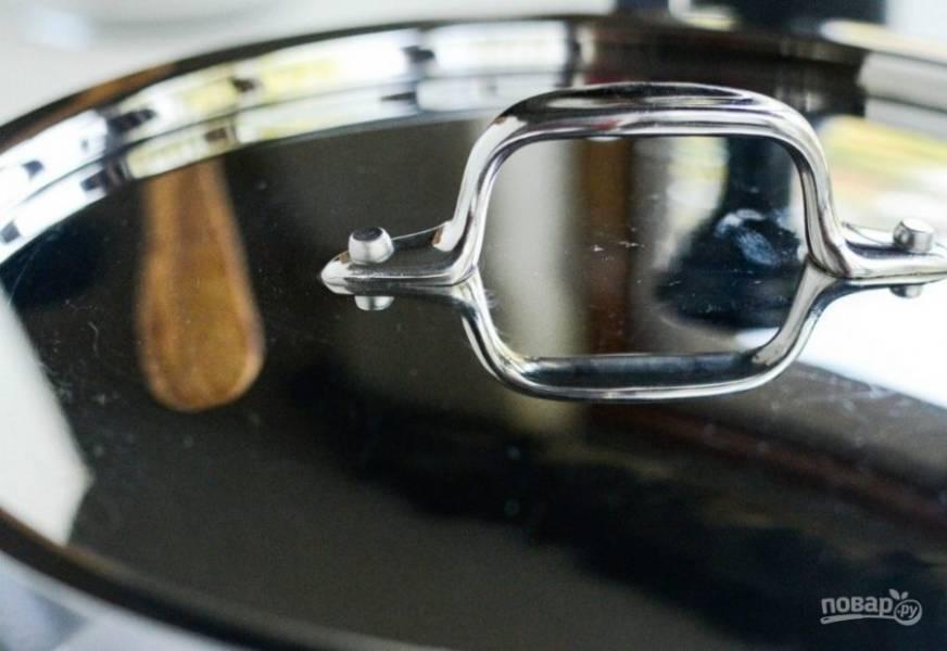 3. Пару минут поджарьте её, пока жидкость не закипит. Потом закройте сковороду крышкой, сделайте маленький огонь и тушите блюдо 8 минут.