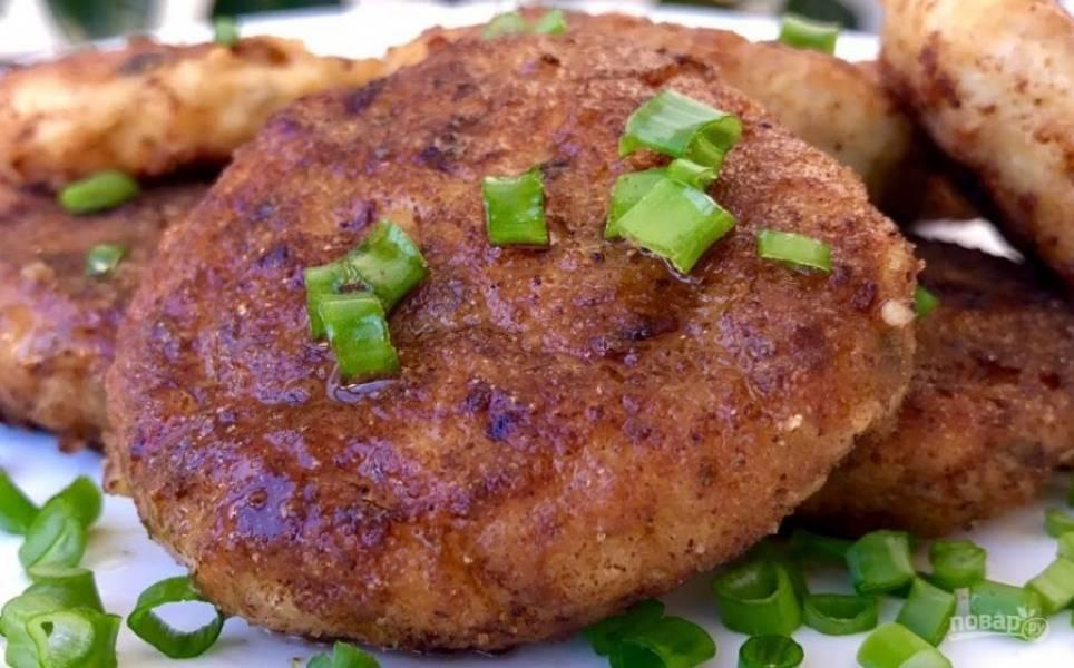 4. Разогрейте растительное масло на сковороде, сформируйте котлеты, обваляв их в панировочных сухарях или муке. Обжарьте колеты с обеих сторон на среднем огне. Приятного аппетита!