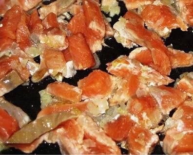 Также обжариваем порезанное филе красной рыбы.
