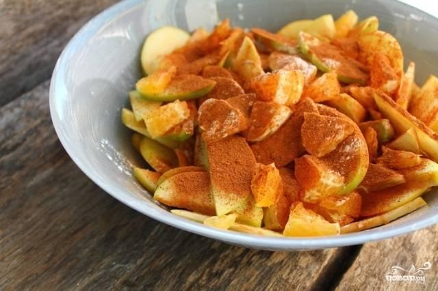 К фруктам добавьте корицу и крахмал. Перемешайте их.
