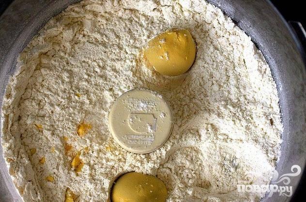 1. Сливочное масло нарезать кубиками. В миске кухонного комбайна соединить муку, сахар, разрыхлитель, яичные желтки и соль.