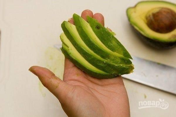 Очистим авокадо и нарежем на тонкие ломтики.