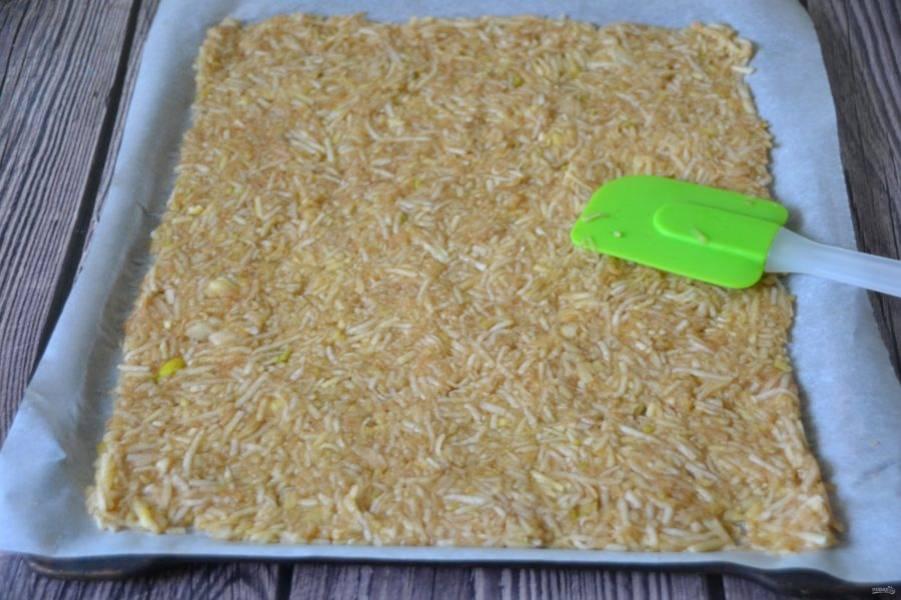 Застелите противень бумагой для выпечки, выложите яблочную начинку, разровняйте.