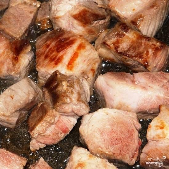 Мясо нарезаем на кусочки размером примерно 1.5 на 1.5 см. Обжариваем кубики мяса в растительном масле на средне-быстром огне в течение 10 минут, постоянно помешивая. Нам не нужно готовить мясо до готовности - нужно лишь, чтобы мясо покрылось корочкой.