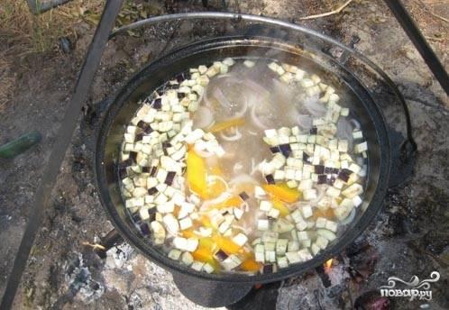 Через 40 минут, как мы положили морковь, добавить баклажаны и лук.