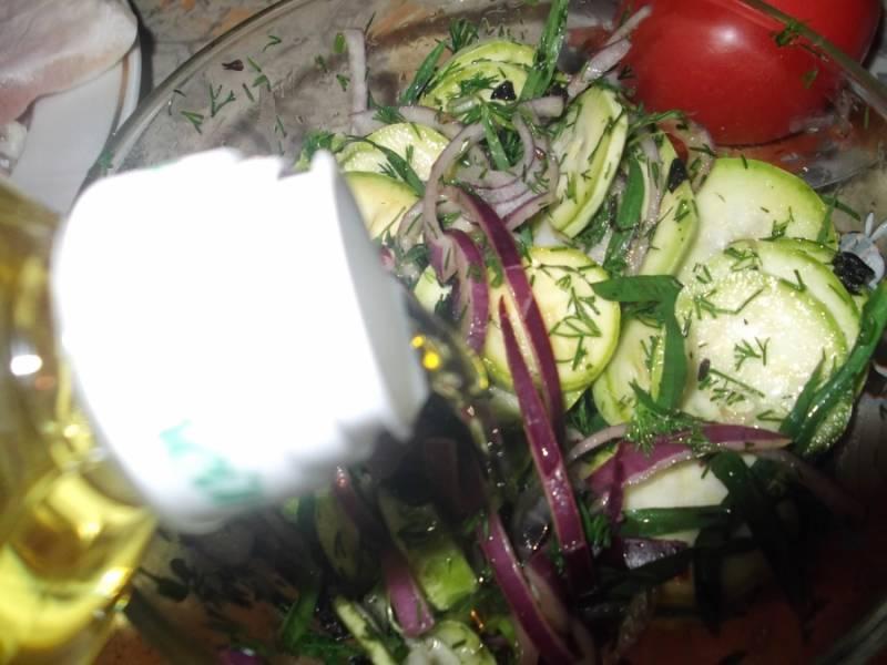 Добавляем все это к кабачкам. Солим, перчим по вкусу. Потом немного сока лимона. Слегка перемешиваем. И растительного масла тоже немного.