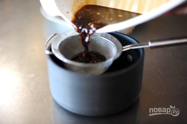 """6. Пока стейк """"доходит"""", займемся соусом. Процедите маринад через мелкое сито, чтобы не попали кусочки перца, имбиря и чеснока."""