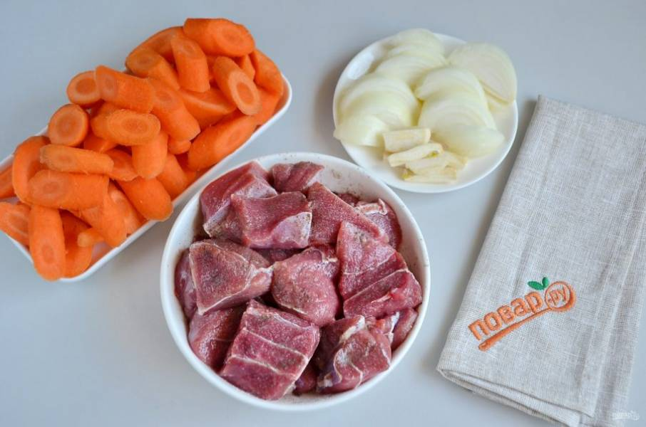 3. Говядину порежьте крупными кусочками. Поперчите, посолите. Очищенные овощи также порежьте крупно.