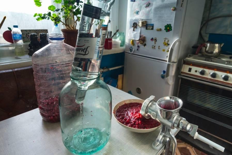 3. Выливаем водку в большой бутыль, остаток места заполняем брусничной смесью. Закрываем марлей, и отправим в подвал настояться месяц.