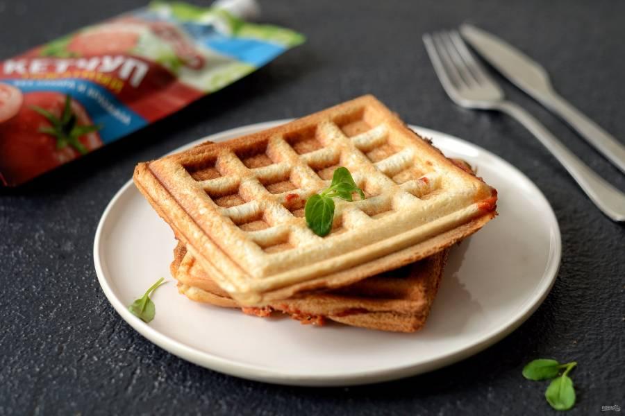 Бутерброды в вафельнице с сыром и кетчупом