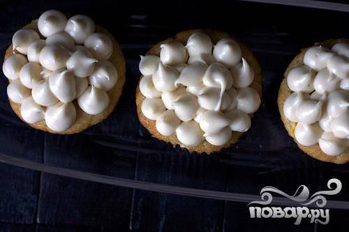 4. Приготовить глазурь. В небольшой миске взбить коричневый сахар, крахмал и сахарную пудру. В большой миске взбить сливочный сыр и масло. Добавить сахарную смесь и взбить до однородности. Поставить миску с глазурью в холодильник, пока она не загустеет, примерно на 30 минут. Затем смазать глазурью остывшие маффины.