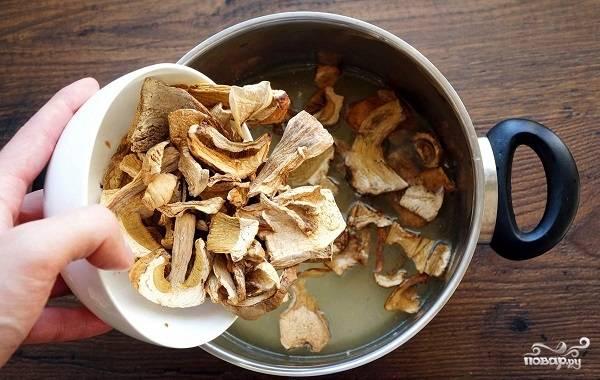 2. В кастрюлю влейте заранее подготовленный бульон. Это может быть как мясной, так и овощной бульон. Выложите туда грибы и оставьте их примерно на часик.