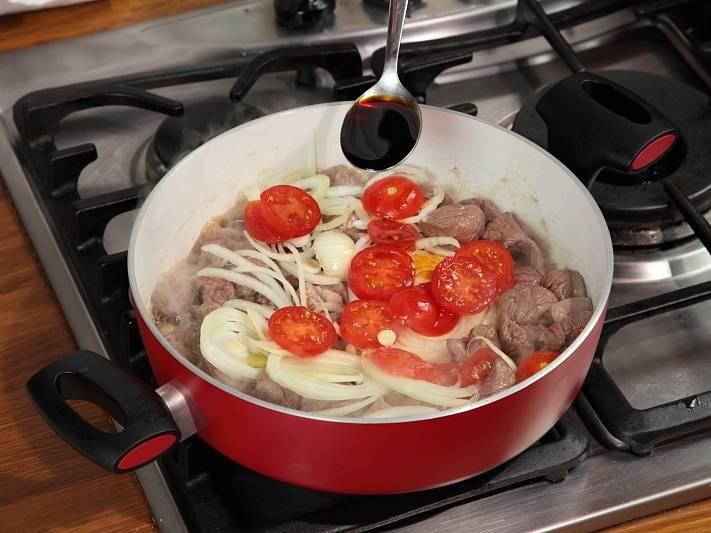 Влейте соевый соус и положите корицу.