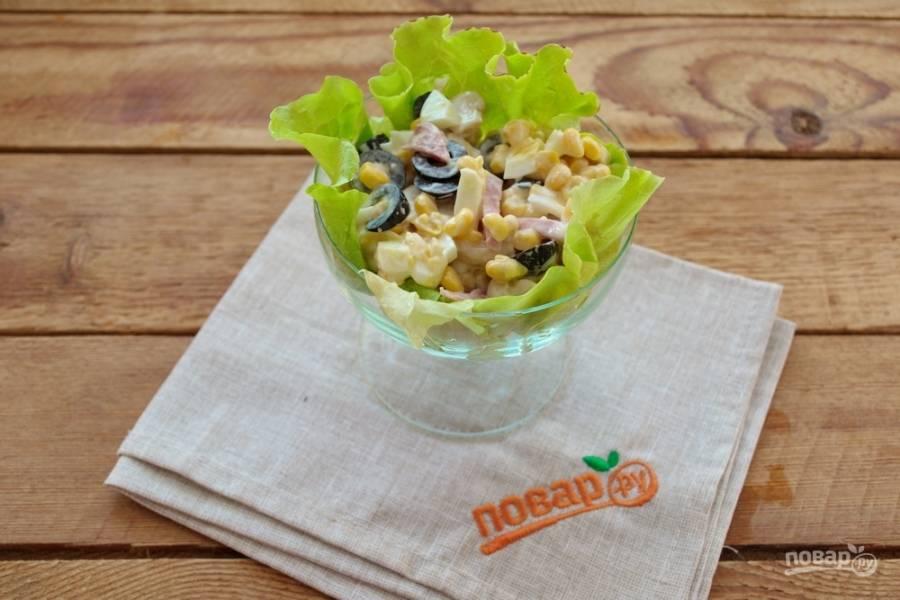 Выложите салат в порционные салатники или креманки.