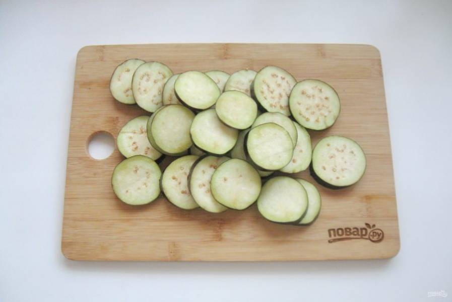 Баклажаны помойте и нарежьте кружками толщиной 1 см.