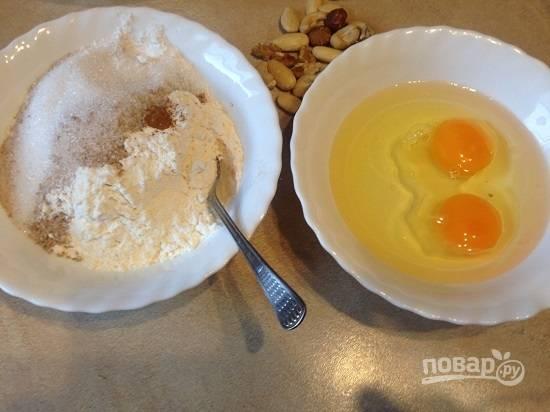 Смешаем все сухие ингредиенты в одной миске, а в другой - яйца и растительное масло.