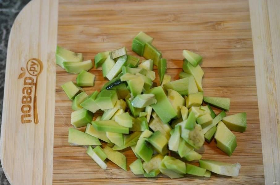 Авокадо почистите и нарежьте кубиком.