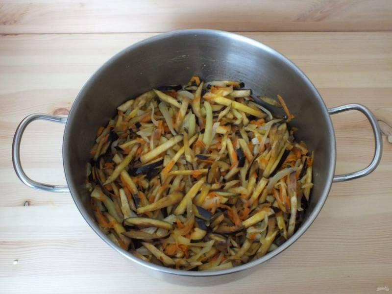 К овощам добавьте оставшееся масло, половину указанного количества соли и сахара. Перемешайте и поставьте на средний огонь. Варите до полуготовности баклажанов, примерно 15 -20 минут.