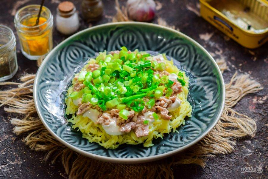 Зеленый лук ополосните и просушите, мелко нарежьте, добавьте в салат.