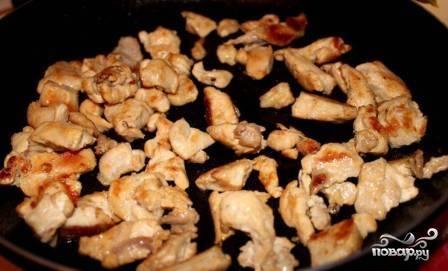 Куриное филе нарезаем небольшими кусочками и обжариваем на большом огне на сливочном масле до румяной корочки.