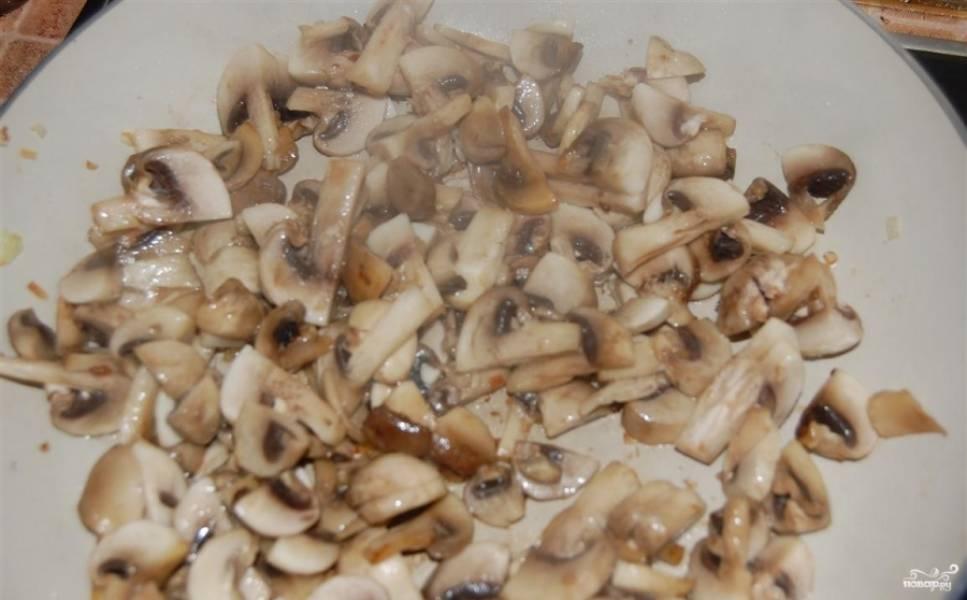Уберите лук в кастрюльку, обжарьте в этом же масле грибы.
