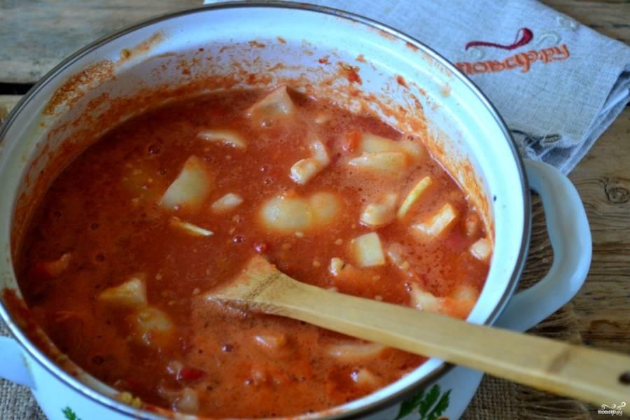 В закипевший томатный сок отправьте перец и чеснок, варите 20 минут на медленном огне.