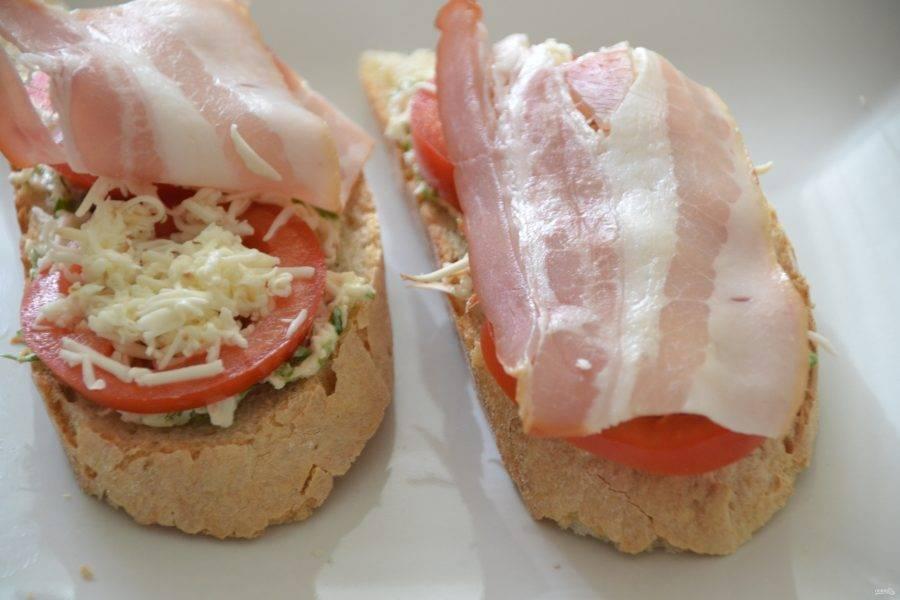 Вариант второй (это будет горячий бутерброд): батон, сырная смесь, кружочек помидора, тертый сыр (без майонеза), ломтик бекона. Отправить в духовку для запекания при температуре 200 градусов на 15 минут.