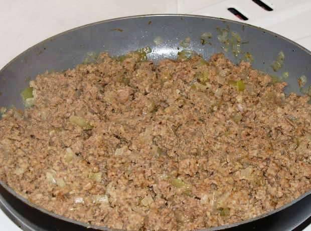 Отдельно обжарьте лук с мясным фаршем в течение 7-8 минут.