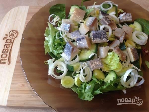 3. Очищенное от кожи и косточек филе сельди нарежем на кусочки, добавим в салат.