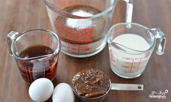 1. Вот такие ингредиенты вам потребуются для коржа. В небольшой мисочке соедините муку, разрыхлитель, какао, корицу и щепотку соли. Заварите чашечку кофе, немного остудите. После соедините его с молоком. Яйца взбейте с сахаром.
