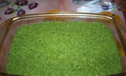 Переложите брокколи в форму для запекания. Отправьте в разогретую духовку на 20 минут.