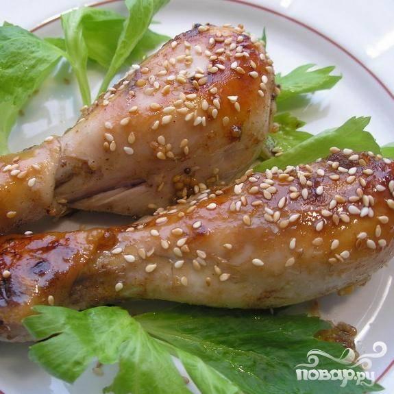 6.Обжаренным кунжутом посыпаем готовые голени. Куриные ножки золотистые готовы. Приятного аппетита.