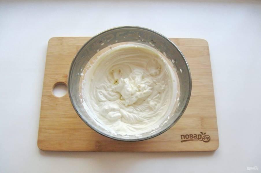 Приготовьте крем. Очень холодные сливки взбейте до густой консистенции. В миску выложите маскарпоне или другой сливочный сыр. Добавьте сахарную пудру по вкусу и взбейте миксером. После добавьте сливки и опять взбейте крем.
