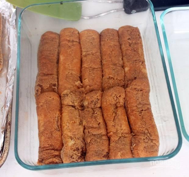9.Возьмите форму для приготовления, выложите половину размоченного печенья на дно формы.