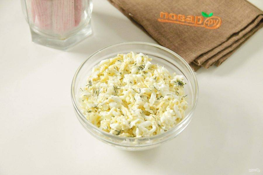Соедините яичные белки, тертый сыр и пропущенный через пресс чеснок. Добавьте укроп, соль и перец по вкусу. Перемешайте. Начинка готова.