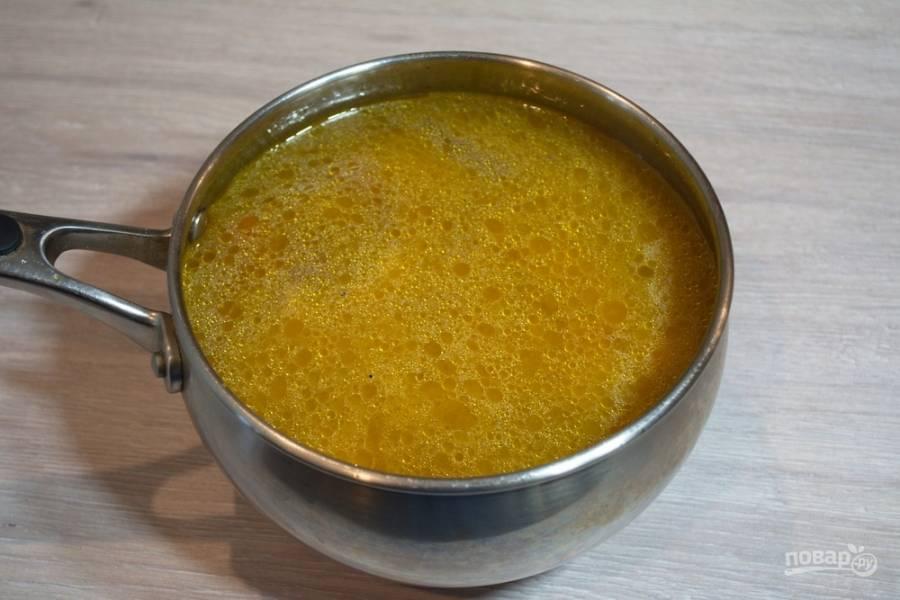 Залейте суп бульоном или водой. Варите до готовности всех овощей. В конце варки приправьте суп специями и присолите если будет необходимость.