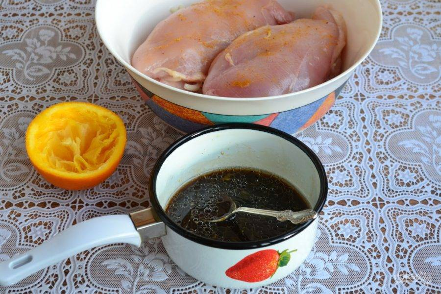 3. Добавляем к соку соевый соус и растопленный мед. Теперь все перемешиваем и даем 5 минут постоять.