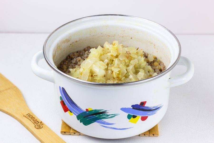 Лук нарежьте, обжарьте на растительном масле и добавьте в кашу.