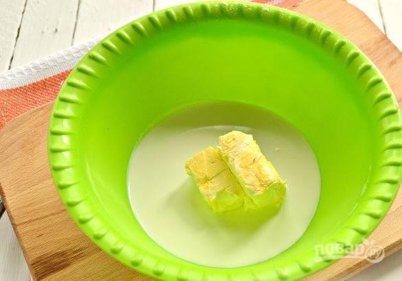 2. Для начала нужно сделать тесто. В глубокую мисочку отправьте мягкое сливочное масло и сметану.