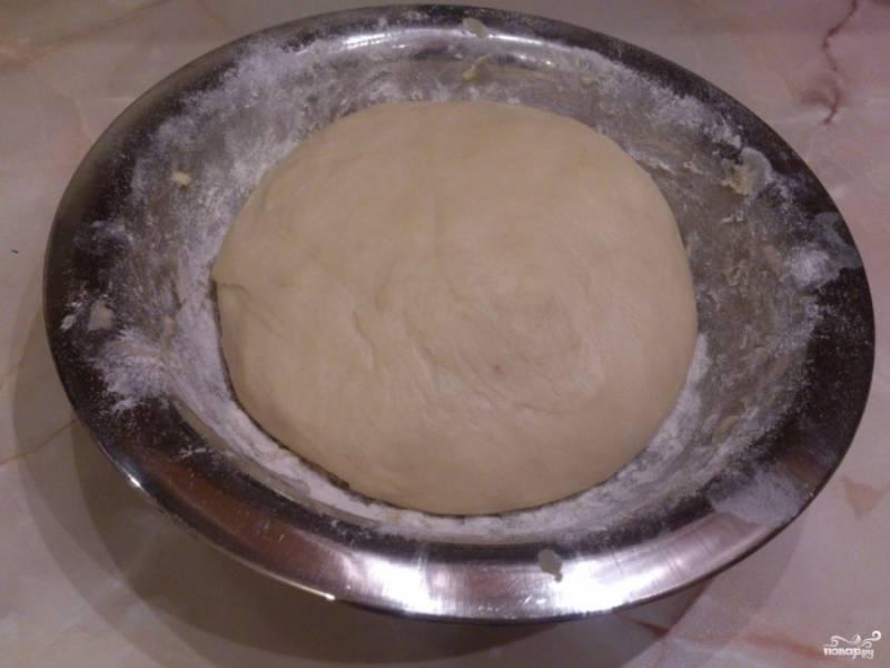 Перед приготовлением самих булочек непосредственно тесто, что подошло, стоит еще раз обмять, а потом приступать к выпечке.  Приятного аппетита!
