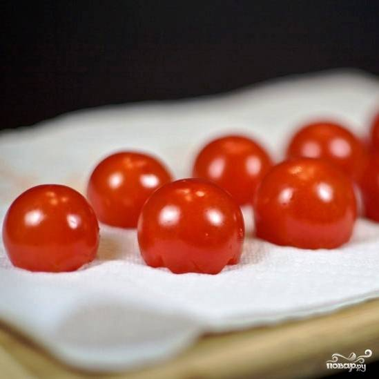 Теперь небольшая хитрость - кладем помидоры на бумажное полотенце (полой частью вниз) и оставляем, а сами тем временем занимаемся начинкой. Бумажное полотенце впитает всю оставшуюся в помидорах жидкость, и у нас будут идеально подготовленные корзинки из помидоров.
