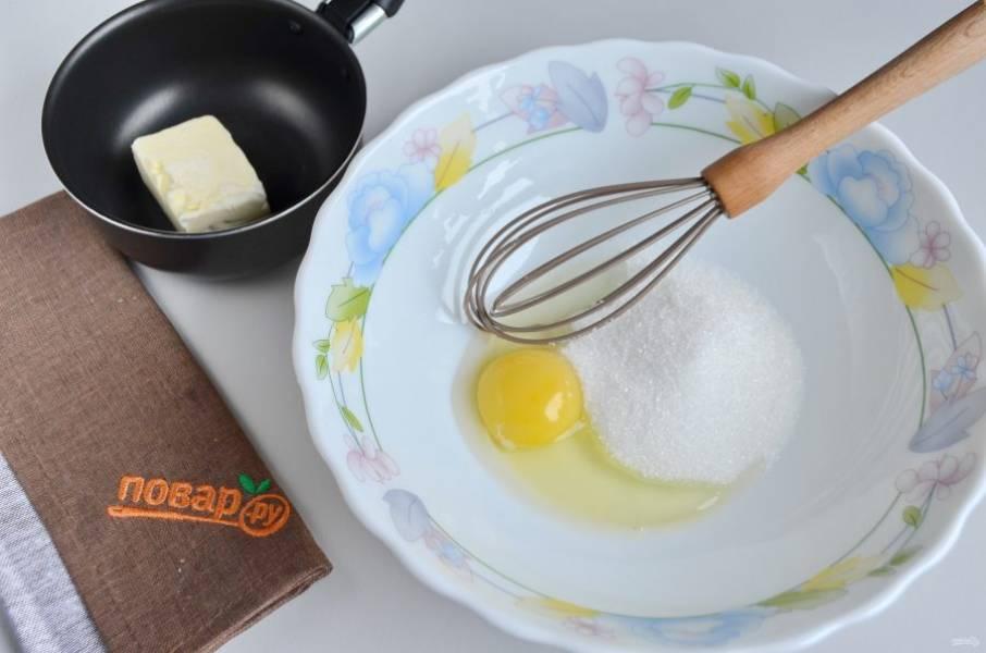 2. Яйцо взбейте с сахаром (3 ст.л ложки оставьте для посыпки пирога), растопите сливочное масло.