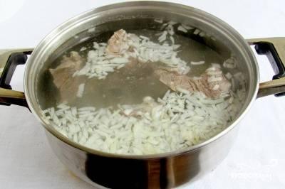 Мясо промываем и варим до полуготовности. Добавляем мелко нарезанный лук. Отдельно варим яйца вкрутую.