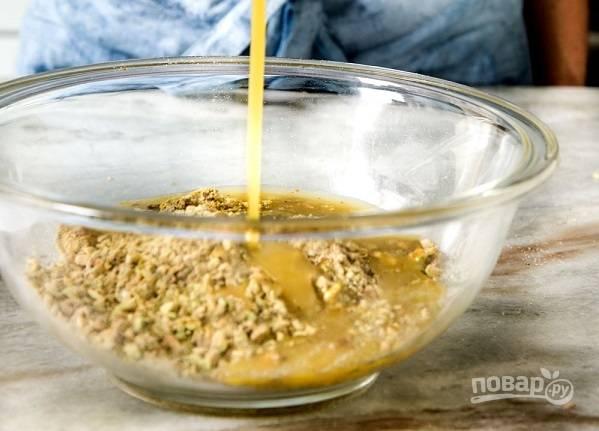 1. Орешки измельчите в блендере. Добавьте муку, цедру и соль, перемешайте. В сотейнике соедините сливочное масло, сахар, сливки, кукурузный сироп. Доведите все до кипения, помешивая, чтобы сахар растворился. Добавьте ванильный экстракт и влейте к орехам.