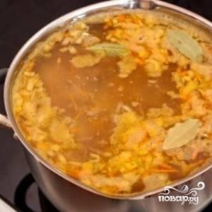 Перекладываем тушеные овощи в кастрюлю, варим 7-10 минут. Добавляем еще немного соли, зелень и специи по вкусу и даем солянке настояться в течение 10-15 минут.
