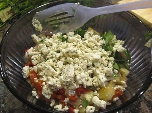 Теперь все овощи перекладываем в миску, к ним добавляем измельченный сыр и хорошенько перемешиваем все.