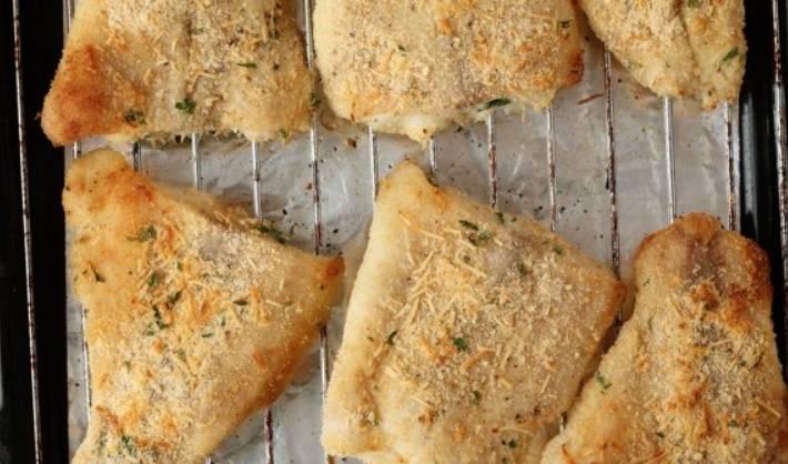 Сбрызгиваем рыбу оливковым маслом и запекаем в духовке (верхняя полка) 15 минут.