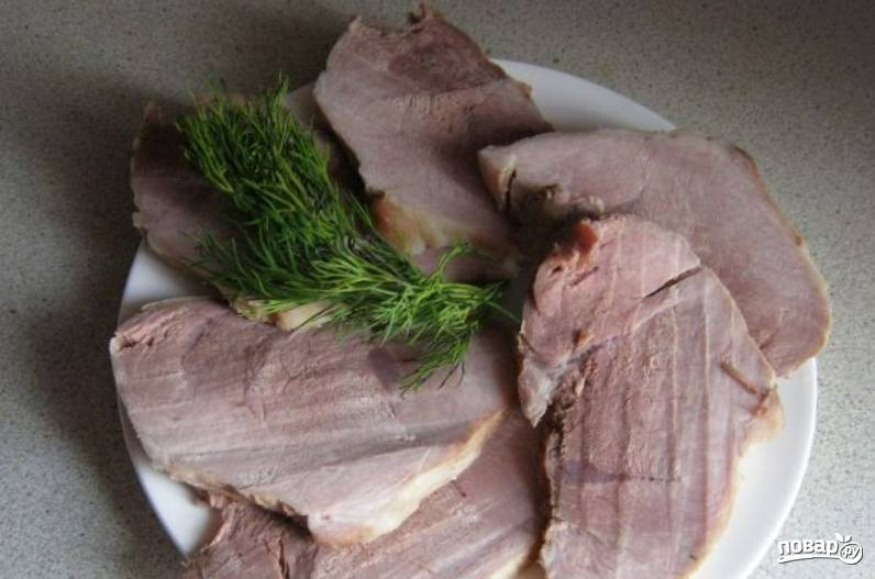 Осталось только нарезать свинину пластами, красиво разложить для подачи и угощаться. Приятного аппетита!