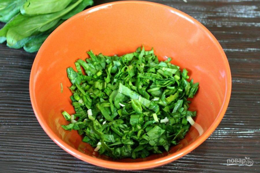 Шпинат и зеленый лук моем, просушиваем и нарезаем.