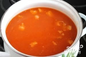 Процеженный бульон разогреть и ввести в него мясо с помидорами и луком.